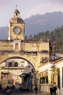 Arch of Santa Catalina, dating from 1609, Antigua, Guatemalaの写真素材 [FYI03762037]