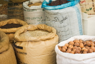 Sacks of nuts and lentils in the Spice Souk, Deira, Dubai, United Arab Emirates, Middle Eastの写真素材 [FYI03762067]