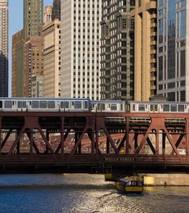 An El train on the Elevated train system crossing Wells Street Bridge, Chicago, Illinois'の写真素材 [FYI03762075]