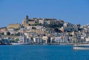 The harbour and Ibiza Town, Ibiza, Balearic Islandsの写真素材 [FYI03762149]