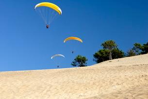 Hang gliders over Dune du Pyla, Bay of Arcachon, Cote d'Argent, Gironde, Aquitaineの写真素材 [FYI03762234]