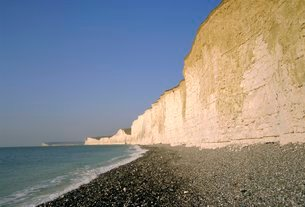 The Seven Sisters chalk cliffs seen from the beach at Birling Gap, East Sussexの写真素材 [FYI03762470]