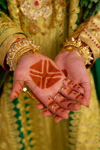 Traditional henna tattoos on hands of a young girl, Bahrain, Middle Eastの写真素材 [FYI03762662]