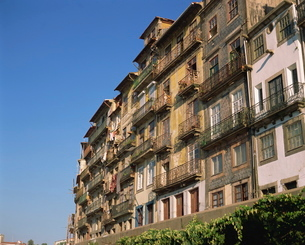 Balconies on the facades of old buildings in the city of Oportoの写真素材 [FYI03762716]