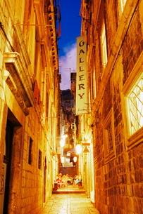 Narrow street at dusk, Dubrovnik, Dalmatiaの写真素材 [FYI03762791]