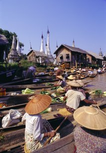 Women in boats selling vegetables, floating market on the lake, Inle Lake, Shan Stateの写真素材 [FYI03762986]
