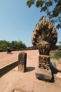 The 12th century bridge near Siem Reap, Cambodia, Indochina, Southeast Asiaの写真素材 [FYI03763071]