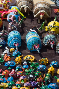 Colourful wooden animals for sale in Guanajuato, Guanajuato State, Mexico'の写真素材 [FYI03763209]