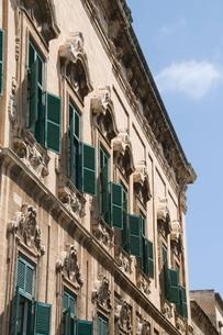 Typical street, Valletta, Maltaの写真素材 [FYI03763267]