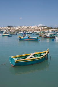 Brightly coloured fishing boats called Luzzus at the fishing village of Marsaxlokk, Maltaの写真素材 [FYI03763287]
