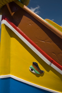 Close-up of a brightly coloured fishing boat (Luzzus) with the eye of Osiris to ward off evil at Marの写真素材 [FYI03763290]