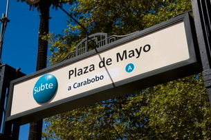 Subway sign, Plaza de Mayo, Buenos Airesの写真素材 [FYI03763408]