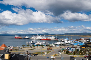 Ships in docks in the southernmost city in the world, Ushuaiaの写真素材 [FYI03763441]