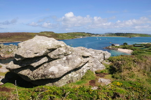 Looking over towards Tresco from Bryher, Isles of Scilly, Cornwallの写真素材 [FYI03763500]