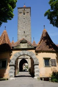 The Castle Gate (Burg Tor) in the walls of Rothenburg ob der Tauber, Romantic Road, Franconia, Bavarの写真素材 [FYI03763706]