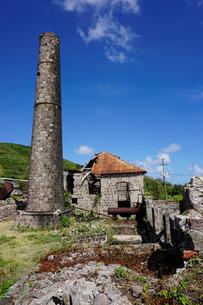 Derelict old sugar mill, Nevis, St. Kitts and Nevis, Leeward Islands, Caribbeanの写真素材 [FYI03763787]