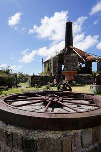 Derelict old sugar mill, Nevis, St. Kitts and Nevis, Leeward Islands, Caribbeanの写真素材 [FYI03763789]