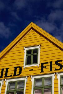 Traditional wooden Hanseatic merchants buildings of the Bryggen, Bergen, Hordaland, Norway, Scandinaの写真素材 [FYI03763800]