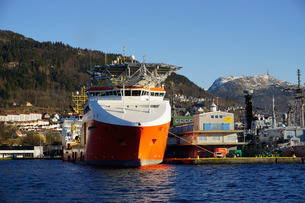 View on the harbour with oil industry support ship, Bergen, Hordaland, Norway, Scandinaviaの写真素材 [FYI03763877]