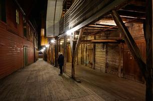 Small alleyways in the Hanseatic quarter, Bryggen, Bergen, Hordaland, Norway, Scandinaviaの写真素材 [FYI03763895]