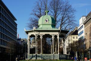 Pavilion at the Ne Olle Bulls Square, Bergen, Hordaland, Norway, Scandinaviaの写真素材 [FYI03763896]