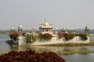 View of Pavilion in lake, Udai Vilas Palace, Dungarpur, Rajasthanの写真素材 [FYI03764036]