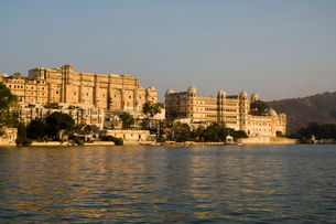 View of the City Palace and hotels from Lake Pichola, Udaipur, Rajasthan,  Indiaの写真素材 [FYI03764037]