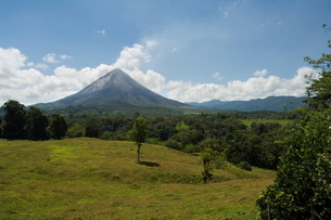 Arenal Volcano from the La Fortuna side, Costa Ricaの写真素材 [FYI03764043]