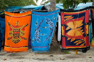 Colourful beach wraps for sale, Manuel Antonio, Costa Ricaの写真素材 [FYI03764078]