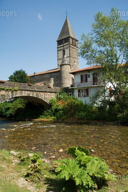 River Nive, Saint Etienne de Baigorry St.-Etienne-de-Baigorry), Basque country, Pyrenees-Atlantiquesの写真素材 [FYI03764105]