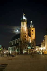 Night shot of Saint Mary's Church or Basilica, Main Market Square (Rynek Glowny), Old Town Districtの写真素材 [FYI03764112]