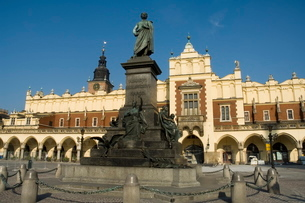 Statue of the romantic poet Mickiewicz in front of The Cloth Hall (Sukiennice), Main Market Square (の写真素材 [FYI03764113]