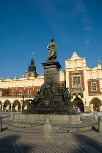Statue of the romantic poet Mickiewicz in front of The Cloth Hall (Sukiennice), Main Market Square (の写真素材 [FYI03764114]