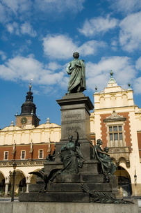 Statue of the romantic poet Mickiewicz in front of The Cloth Hall (Sukiennice), Main Market Square (の写真素材 [FYI03764115]