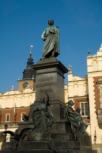 Statue of the romantic poet Mickiewicz in front of The Cloth Hall (Sukiennice), Main Market Square (の写真素材 [FYI03764120]