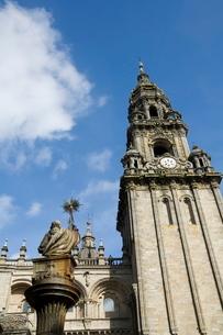 View of Santiago Cathedral from Plaza de Las Platerias, Santiago de Compostela, Galiciaの写真素材 [FYI03764171]