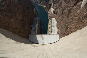 Hoover Dam on the Colorado River forming the border between Arizona and Nevada'の写真素材 [FYI03764378]