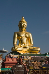 Huge golden Buddha on the banks of the Mekong River at Sop Ruak, Thailand, Southeast Asiaの写真素材 [FYI03764413]