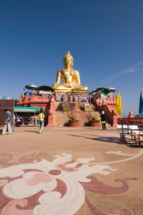 Huge golden Buddha on the banks of the Mekong River at Sop Ruak, Thailand, Southeast Asiaの写真素材 [FYI03764418]