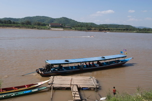Boat on Mekong River, taken from Laos to Thailand on the opposite bank, Laos, Indochina, Southeast Aの写真素材 [FYI03764427]