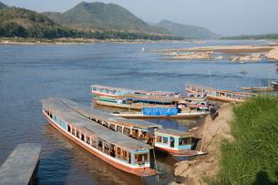 Tourist boats at the Pak Ou caves, Mekong River near Luang Prabang, Laos, Indochina, Southeast Asiaの写真素材 [FYI03764437]