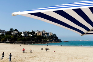 Plage de l'Ecluse (Ecluse Beach) and typical villas, Dinard, Brittanyの写真素材 [FYI03764595]