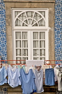 Laundry hanging from window in the Ribeira Quarter, Oportoの写真素材 [FYI03764614]