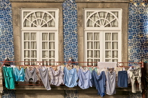 Laundry hanging from window in the Ribeira Quarter, Oportoの写真素材 [FYI03764616]