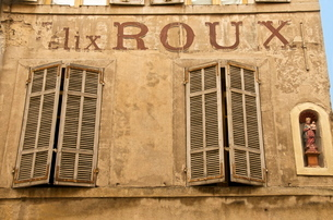 Large painted letters on ancient wall, with statue of the Virgin, and wood shutters, Old Aix, Aix enの写真素材 [FYI03764627]