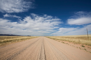 Empty gravel road going north from Sossusvlei, Central Namibia, Namibiaの写真素材 [FYI03764764]