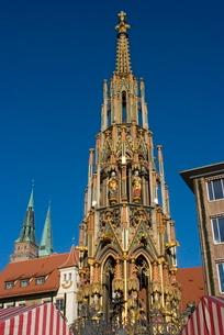 Schoene Brunnen (Beautiful Fountain), Nuremberg, Bavariaの写真素材 [FYI03764961]