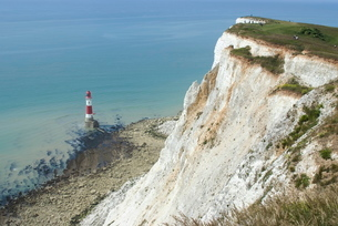 White chalk cliff and lighthouse, Beachy Head, Sussexの写真素材 [FYI03764984]