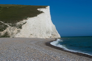 Beach and chalk cliff at Seven Sisters, Sussexの写真素材 [FYI03764986]