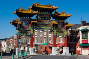Arch at the entrance of Chinatown, Liverpool, Merseysideの写真素材 [FYI03764990]